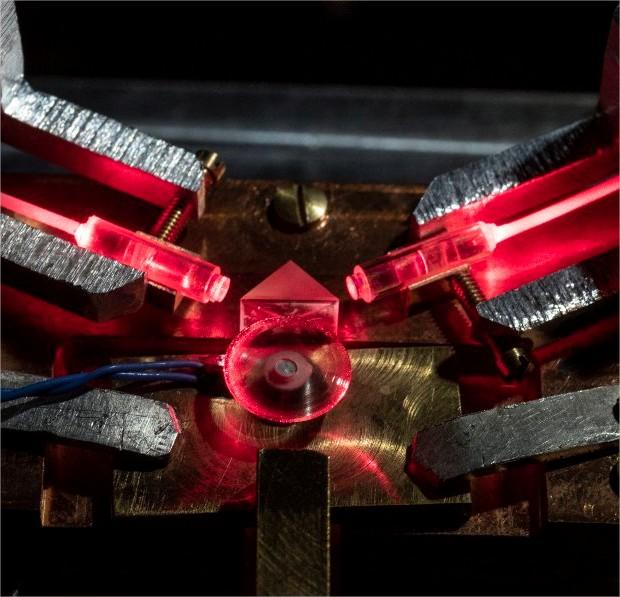 Disque en matériau cristallin non-linéaire dans…