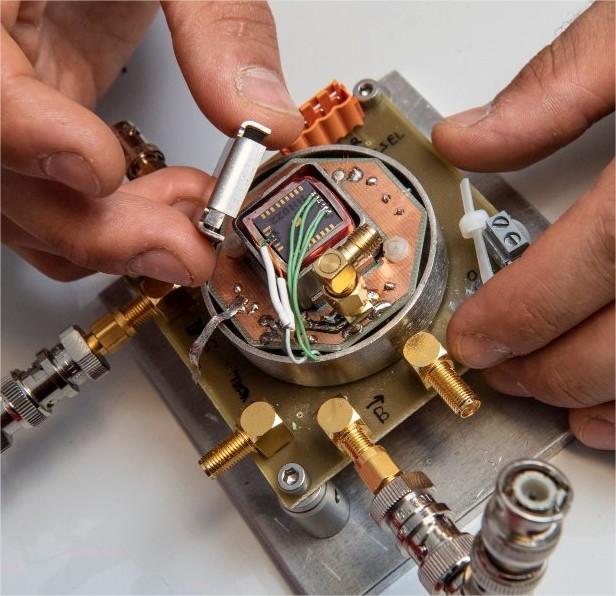 Module physique d'une micro-horloge atomique brasé…